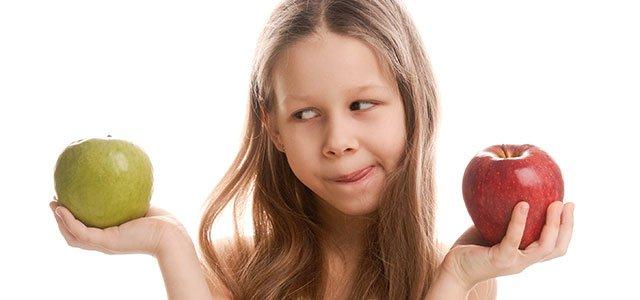 nina-indecisa-manzanas-p